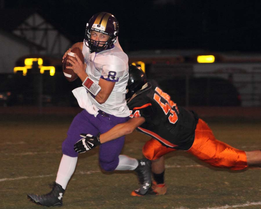 Heavener's Trey Grubbs tries to break away from Valliant's Kamden Waller